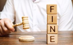 Bloques de madera con la multa y el juez de la palabra Pena como castigo para un crimen y una ofensa Castigo financiero Violacion foto de archivo libre de regalías