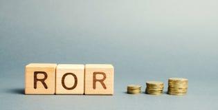 Bloques de madera con la palabra ROR Tasa de rendimiento El nivel de rentabilidad o pérdida de negocio Ratio financiero Vuelva en fotografía de archivo