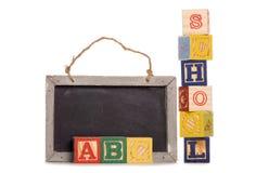 Bloques de madera de la escuela y tarjeta negra Imagenes de archivo