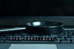 Bloques de madera del texto abierto de la inscripción en fondo del ordenador portátil Concepto del negocio y de la tecnología fotografía de archivo