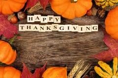Bloques de madera de la acción de gracias feliz con el marco del otoño Fotografía de archivo libre de regalías
