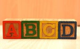 Bloques de madera de la palabra de ABCD Alphabits - concepto de la escuela Imagenes de archivo