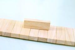Bloques de madera mantenidos una orden simultánea Foto de archivo