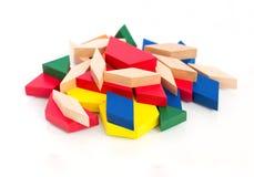 Bloques de madera multicolores Macro Fondo de madera blanco aislante Imagen de archivo libre de regalías