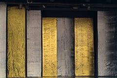 Bloques de madera de plata y del oro de la alternancia imágenes de archivo libres de regalías