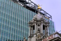 Bloques de torre modernos que empequeñecen a Victoria Palace Theatre Imagen de archivo libre de regalías