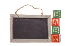 Bloques del alfabeto del bebé con la tarjeta negra Imágenes de archivo libres de regalías