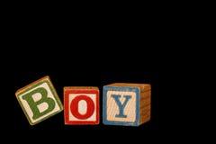 Bloques del bebé del muchacho sobre negro Fotos de archivo libres de regalías