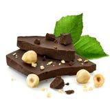 Bloques del chocolate con las avellanas Foto de archivo