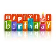 Bloques del color con las letras y la torta Feliz cumpleaños Foto de archivo