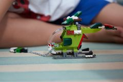 Bloques del juguete del helicóptero hecho de los ladrillos para jugar fotografía de archivo libre de regalías