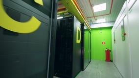 Bloques del servidor situados en el espacio de oficina almacen de video