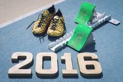 Bloques el comenzar 2016 con los zapatos del oro Imágenes de archivo libres de regalías