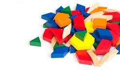 Bloques multicolores del modelo en un fondo de madera blanco aislante Imagenes de archivo