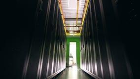 Bloques negros del servidor con un camino entre ellos Centro de datos, seguridad de datos, ptotection de los datos, magement de l metrajes