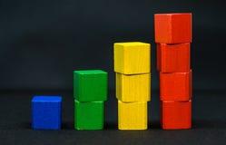 Bloques o ladrillos del juguete - amarillos, verde, rojo, azul - fondo blanco foto de archivo