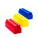 Bloques plásticos coloridos del juguete aislados en el fondo blanco Foto de archivo