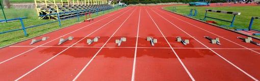 Bloques que comienzan del atletismo imagen de archivo