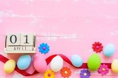 Bloquez le calendrier en bois pour le jour de Pâques, le 1er avril Oeufs de pâques de rangée W Photos stock