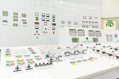 Bloquez le tableau de commande de réacteur de la centrale nucléaire images stock