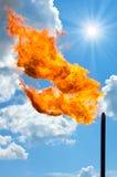 Blossa för gas. Fackla mot skyen. Royaltyfri Bild