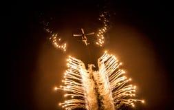 Blossar utsläppt vid en helikopter in i natthimlen Royaltyfria Bilder