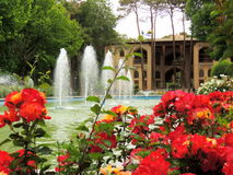 Blossoming red Isfahan Hasht Behesht palace flowers by fountain Royalty Free Stock Photos