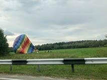 Blowed laat leeglopen neer groot, kleurrijk, kleurrijk, rond, gekleurde regenboog, gestreepte, vliegende ballon De achtergrond royalty-vrije stock foto
