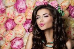 Blowing modelo hermoso un beso el verano florece Backgr imagen de archivo libre de regalías