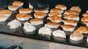Blozend pannekoekengebraden gerecht in straat Thais voedsel - beweeg gebraden gerecht #6 Het Aziatische voedsel van de Straat stock video