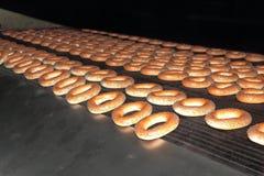 Blozende ongezuurde broodjes van de oven. Stock Foto's