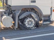 Blåst lastbilframdelgummihjul Royaltyfri Bild