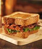 BLT烟肉莴苣蕃茄三明治关闭 免版税库存图片