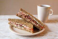 BLT-smörgås och te royaltyfri fotografi