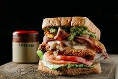 BLT-smörgås på mörk bakgrund Fotografering för Bildbyråer