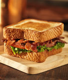 BLT-Speckkopfsalattomaten-Sandwichabschluß oben Lizenzfreie Stockbilder