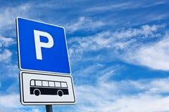 Blått bussparkeringstecken mot den blåa skyen Arkivbild
