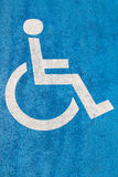 Blått handikappparkeringstecken på asfalt för personer med handikapp Arkivbilder