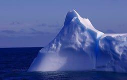 blått isberg Arkivbild