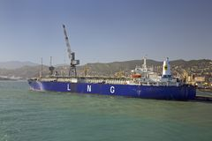 Blått lastfartyg som lämnar hamnen i Genoa Harbor, Genua, Italien, Europa Arkivbild