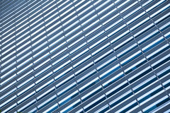 Blått ren glasvägg av den moderna skyskrapan Royaltyfri Fotografi