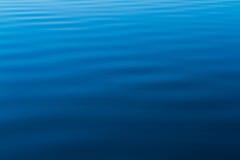 Blått vatten skvalpar från havet Royaltyfri Bild