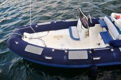 Blått vitt uppblåsbart fartyg Fotografering för Bildbyråer
