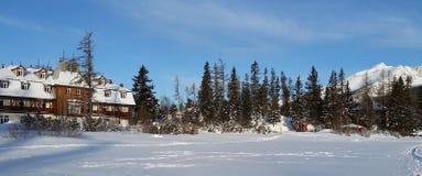 Blu in anticipo di mattina di inverno vicino ad una località di soggiorno fotografia stock
