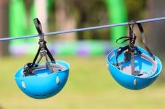 Blu del casco Attrezzatura di soccorso Casco due che appende su una corda Immagine Stock Libera da Diritti