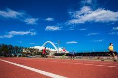 Blu della pista di corsa di atletica Fotografia Stock