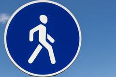 Blu di camminata di area del segnale stradale, cielo immagine stock libera da diritti