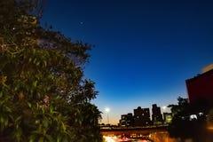 Blu di cielo notturno Sao Paulo immagine stock
