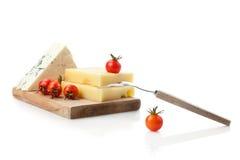 Blu e formaggio a pasta dura decorati con i pomodori del coctail Fotografie Stock Libere da Diritti