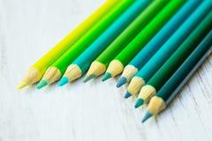 Blu e matite colorate verde in una fila Fotografia Stock Libera da Diritti
